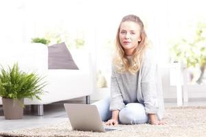 giovane donna con il portatile foto