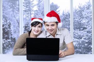 coppia usando il portatile per navigare in internet foto