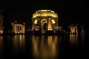 colpo notturno del palazzo delle belle arti