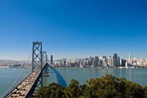vista laterale del ponte sullo skyline di San Francisco in una giornata limpida