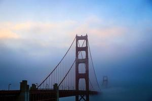 nebbia del golden gate bridge al tramonto foto