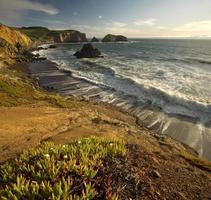 scogliere della California al tramonto foto