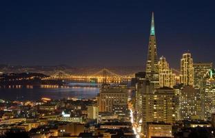 San Francisco Downtown e Bay Bridge al chiaro di luna foto