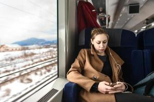 carina giovane donna su un treno foto
