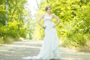 Ritratto di una giovane e bella sposa foto