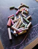 gesso colorato sulla lavagna foto
