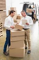 gestori di magazzino controllando la loro lista