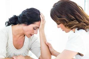 terapista che conforta il suo paziente foto