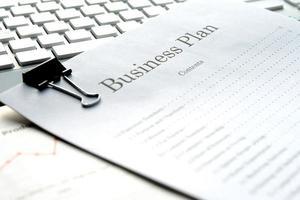 concetto di business, scrivania in ufficio con nessuna persona in serata foto