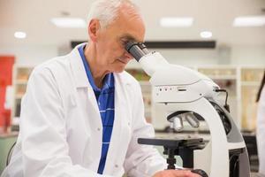 professore di medicina che lavora con il microscopio