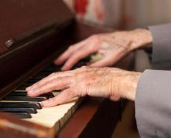 mani che giocano su un harmonium foto
