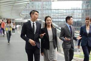 uomini d'affari che camminano per la strada foto