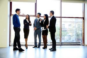 uomini d'affari a parlare in ufficio foto