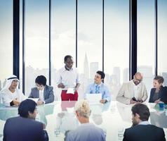 uomini d'affari riunione aziendale presentazione comunicazione div foto