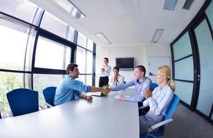 gruppo di uomini d'affari in una riunione in ufficio foto