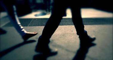 persone che camminano per strada affollata, prospettiva bassa, strada trafficata