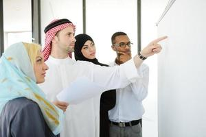 persone del Medio Oriente che hanno una riunione d'affari in ufficio foto
