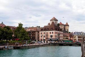 la città di Annecy di giorno, piena di gente, a piedi foto
