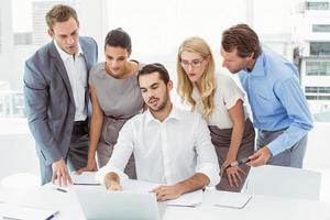 uomini d'affari utilizzando il computer portatile in ufficio foto