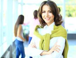volto di una bella donna sullo sfondo di uomini d'affari foto