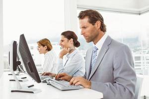 uomini d'affari utilizzando i computer in ufficio foto