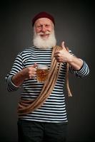 marinaio bello isolato. marinaio con birra foto