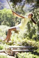 giovane ragazza divertirsi sull'altalena di corda