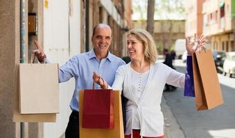 coppia di anziani con acquisti foto