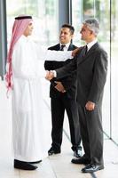 partner commerciali arabi di saluto dell'uomo d'affari