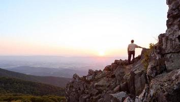 l'uomo senior guarda l'alba sopra la cresta blu