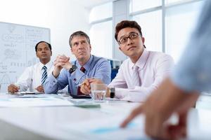 uomini d'affari durante la riunione foto