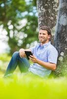 uomo che legge e-book foto