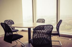 stanza vuota dell'ufficio e tabella dell'ufficio foto