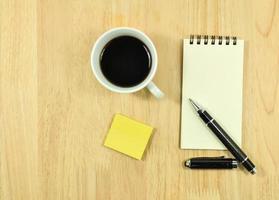 attrezzature per ufficio sul tavolo da ufficio in legno foto