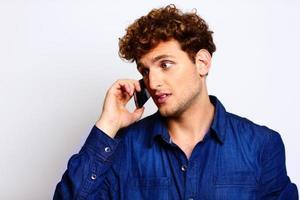 uomo in panno casual parlando al telefono foto