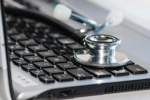 stetoscopio sulla tastiera del computer portatile foto