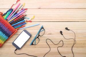 sovraccarico di tavolo da ufficio o tavolo da studente con smartphone. foto