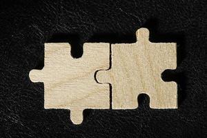 puzzle di legno su sfondo nero foto