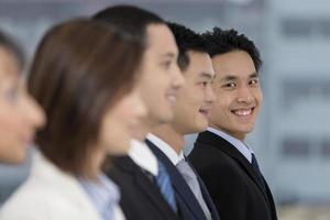 felice uomo d'affari asiatico con la sua squadra foto