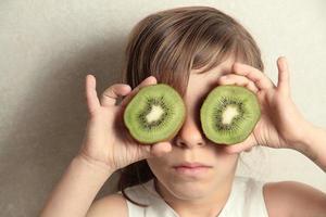 ragazza kiwi con gli occhi foto