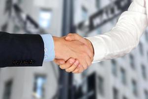 immagine di una stretta di mano tra due colleghi in carica