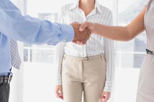 uomo d'affari stringe la mano dei colleghi