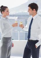 uomini d'affari tintinnano i loro flauti di champagne foto