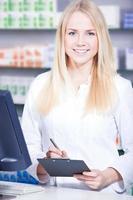 farmacista che fa il suo lavoro foto