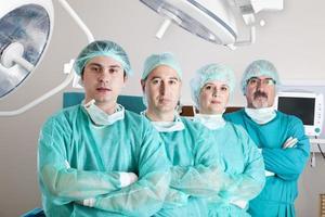 equipe medica in sala operatoria foto