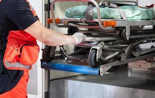paramedico con la barella foto