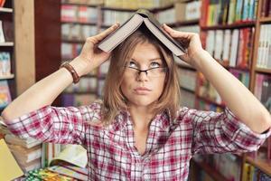studente in biblioteca foto