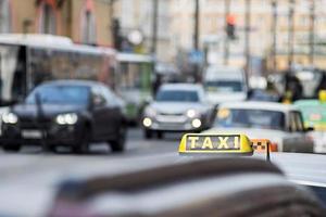 taxi per le strade della città foto