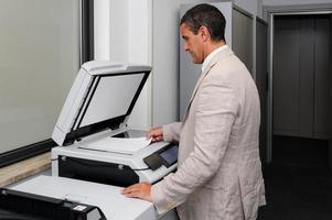 uomo d'affari facendo una fotocopia foto