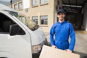 autista consegna imballaggio suo furgone